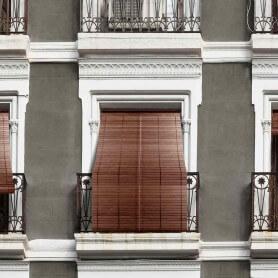 Persiana-alicantina-madera-nogal-barnizada-en-fachada