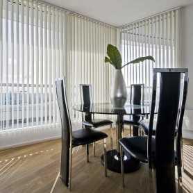 cortina-vertical-tejido-translucido-en-ambiente-comedor